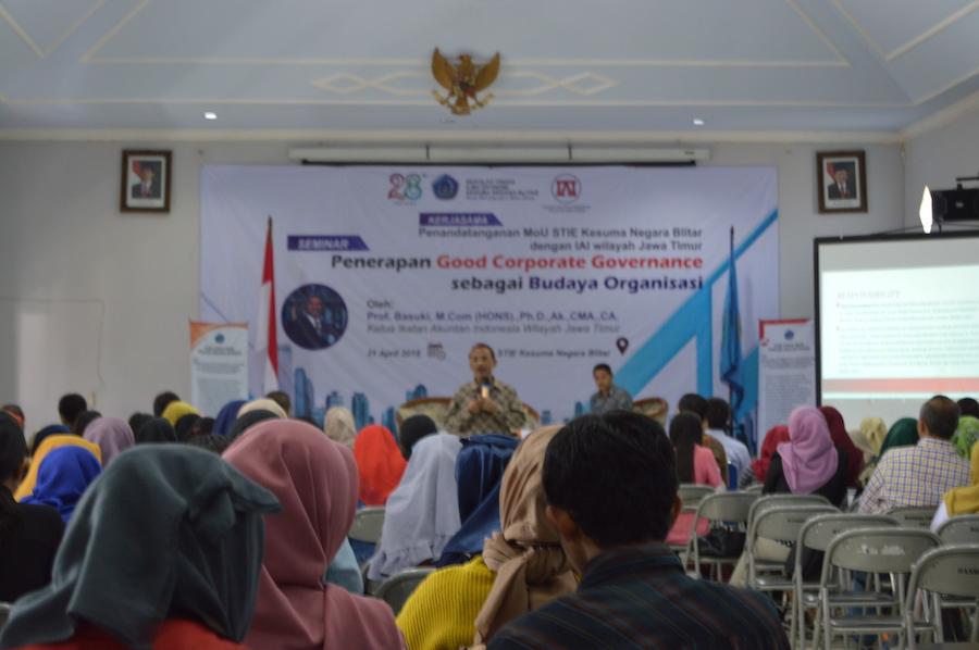 Seminar Penerapan Good Corporate Governance Sebagai Budaya Organisasi Bersama IAI Jatim
